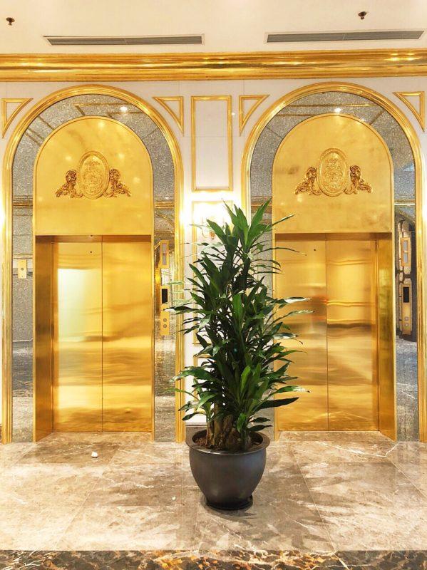 Trang trí gương ở mặt ngoài thang máy